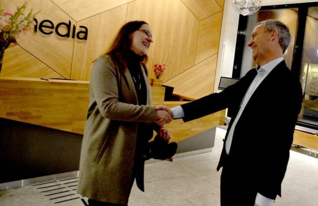Eva Stenbro er journalist og konserntillitsvalgt - og forteller om et taktskifte for journalistikken i Amedia. Her i hilsen med konsernsjef Are Stokstad under innflytting i konsernets nye lokaler høsten 2015.