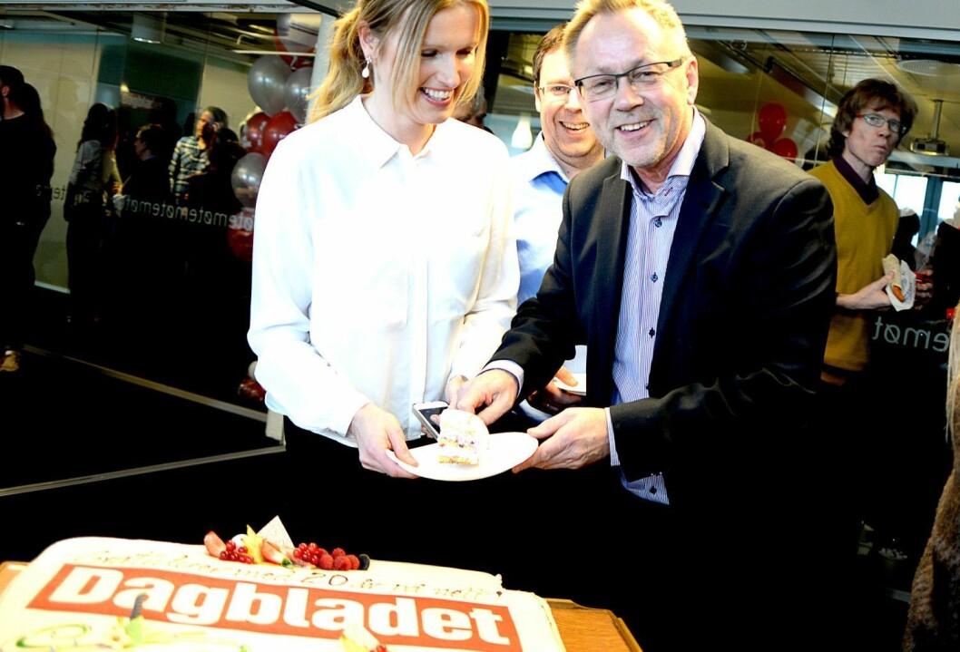 I dag kan Dagbladet spise kake for å feire fjoråret. Akkurat denne kaka er fra noen år tilbake, da avisa feiret 20 år på nett. Fra venstre: Redaksjonssjef Hilde Schjerve, nyhetsredaktør Frode Hansen og sjefredaktør John Arne Markussen.