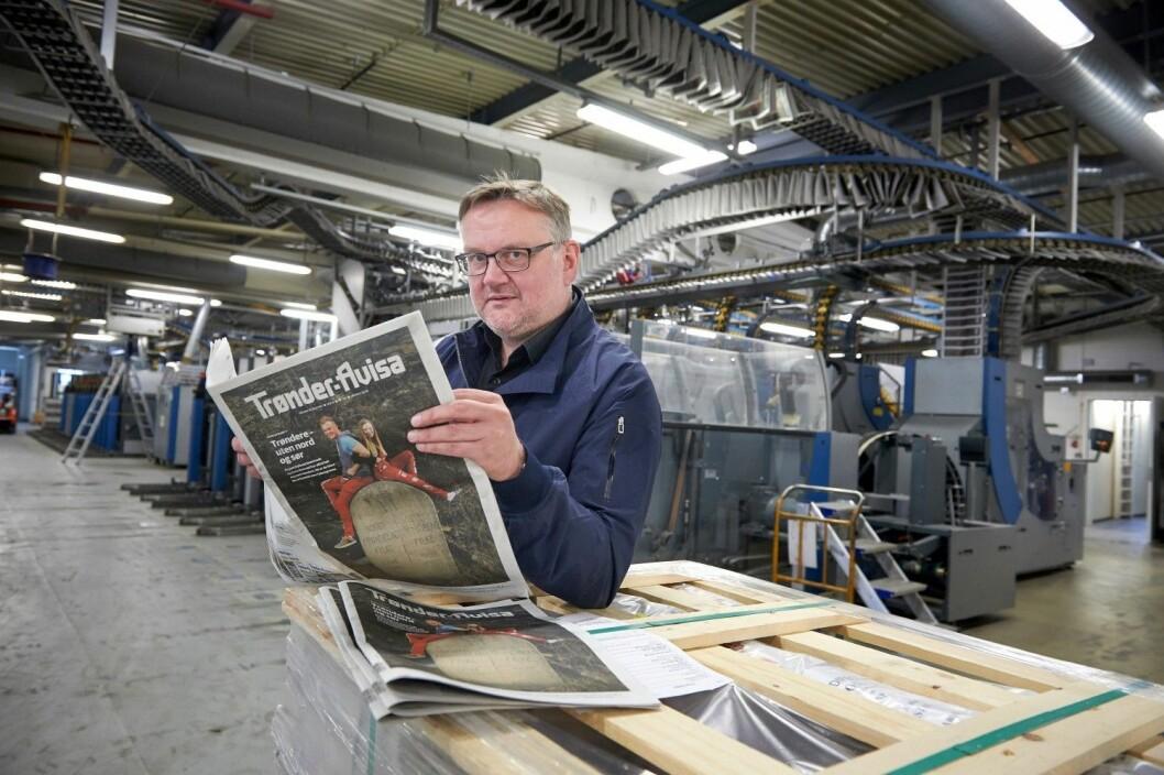 Sjefredaktør John Arne Moen med «spesialavisa» om Sør-Trøndelag i trykkeriet til Polaris på Heimdal utenfor Trondheim.