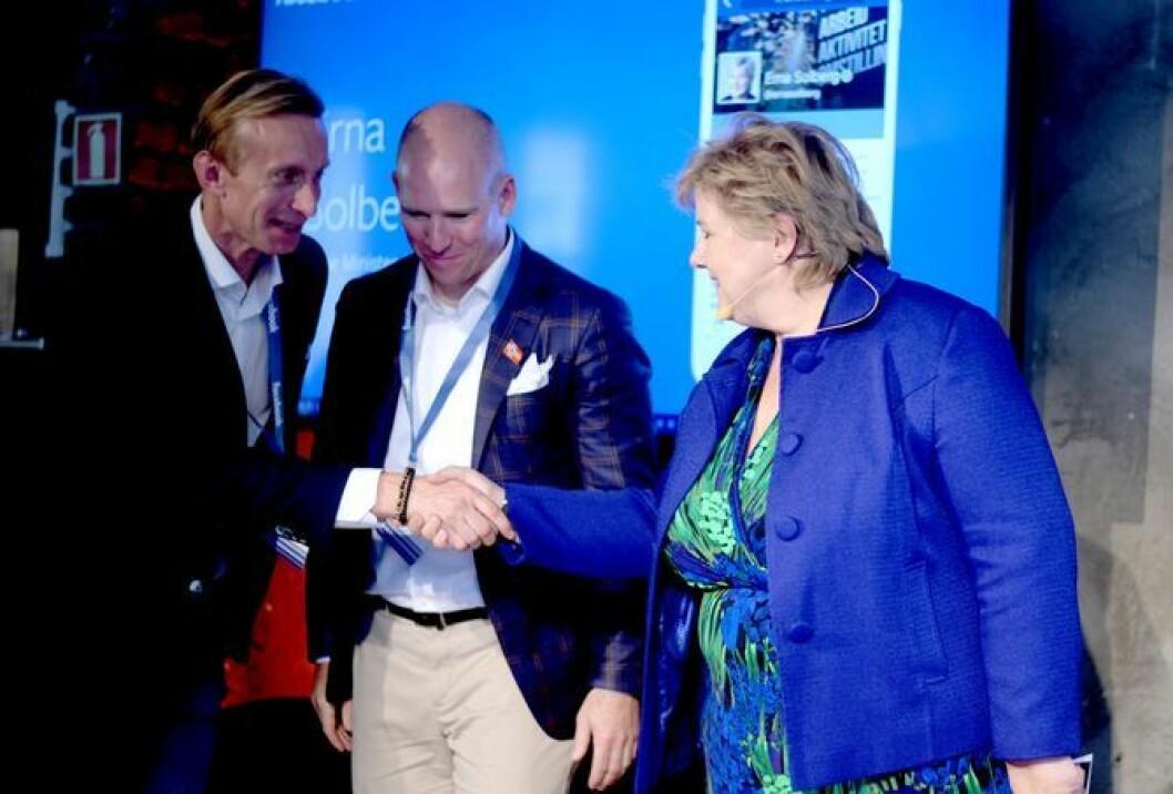 Erna Solberg hilser på Facebooks Norden-sjef Martin Ingemannson og Norges-sjef Rune Paulseth. Fra Facebooks åpningsfest for sitt norske kontor i mai 2016.