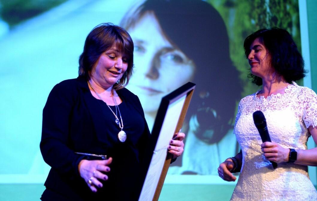 Nina Kristiansen (til venstre) og Forskning.no fikk onsdag selve Fagpresseprisen. Her er hun avbildet da hun ble «Årets redaktør» i Fagpressen i 2016, med juryleder Kjersti Løken Stavrum.