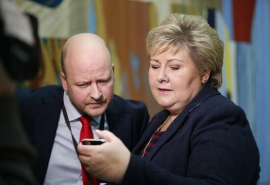Statsminister Erna Solberg (H) sjekker mobiltelefonen etter en spørretime - her sammen med Aanes.