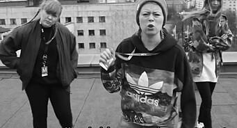 Midlertidig ansatte i NRK med musikkvideo: Harselerer og synger om «kampen om det blå kortet»