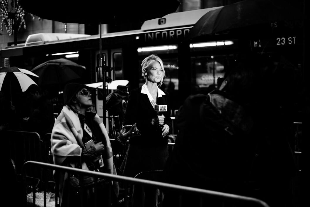 TRUMP TOWER, 9. NOVEMBER 2016 - KL 14.08: En reporter fra amerikanske Inside Edition rapporterer inne i pressepiten utenfor Trump Tower. En assistent holder opp en mobiltelefon med informasjon på for henne, mens paraplyer beskytter mot regnet. (ALLE FOTO: Eskil Wie).