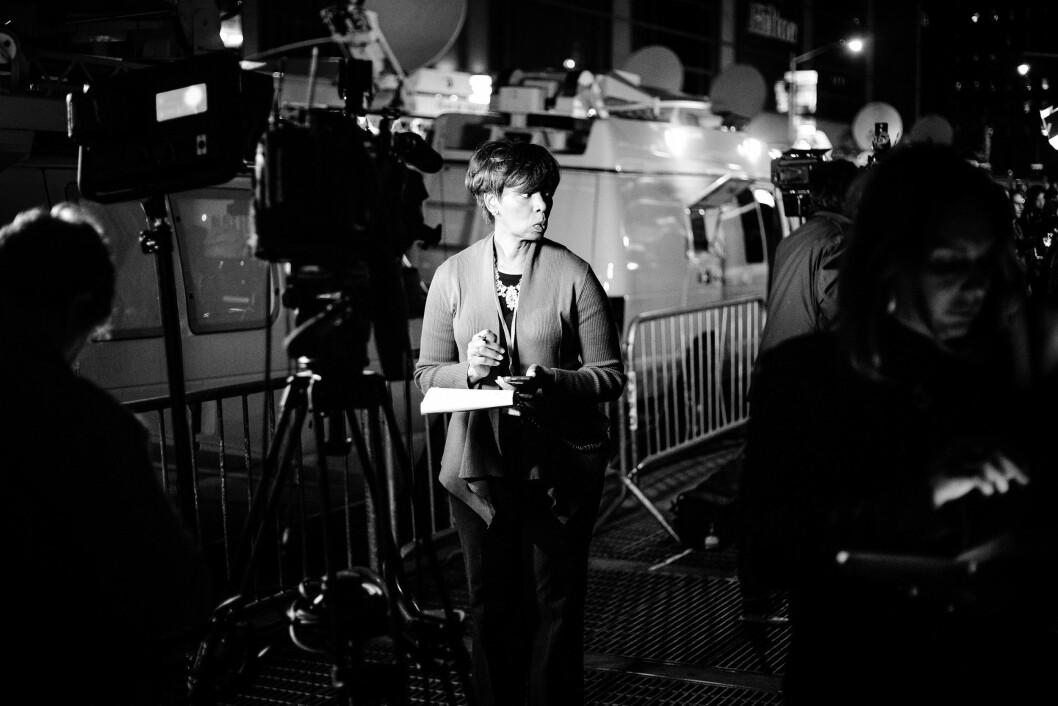 HILTON MIDTOWN, 8. NOVEMBER 2016 - KL 18.58: TV-biler og andre reporterteam leder bakgrunnen for dette TV-crewet utenfor Donald Trumps valgvake. De første målingene visste at Hillary Clinton ledet Florida, og alle ventet egentlig på en seier til det som skulle bli USAs første kvinnelige president.