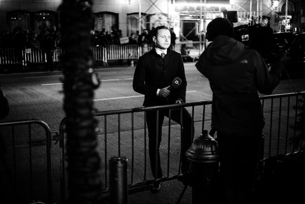 HILTON MIDTOWN, 9. NOVEMBER 2016 - KL 00.55: Det er kun teoretisk mulighet for at Hillary Clinton vinner dette valget. Stemningen blant reporterne er merkelig. En reporter fra bulgarske BTV har hoppet over politiets sperringer og gjør seg klar til å rapportere hjem.