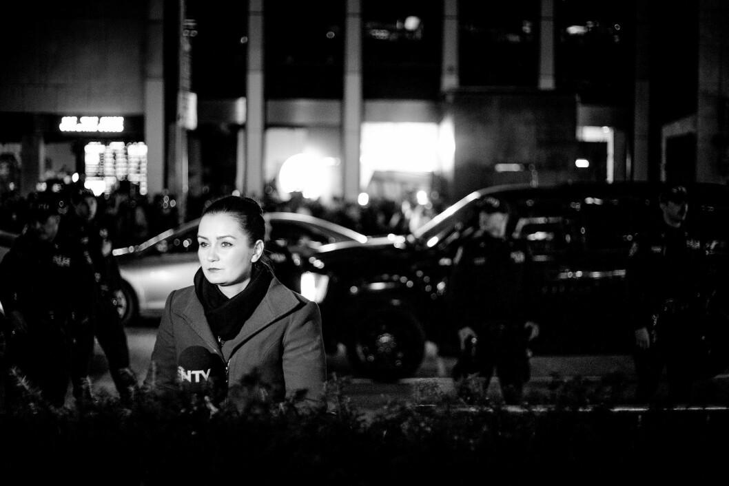 HILTON MIDTOWN, 9. NOVEMBER 2016 - KL 02.46: Alle venter på Donald Trump. I bakgrunnen står opprørspoliti klare til å ta eventuelle demonstranter, mens en reporter fra tyrkiske NTV venter på hennes tur for å snakke på direktesendt TV. .