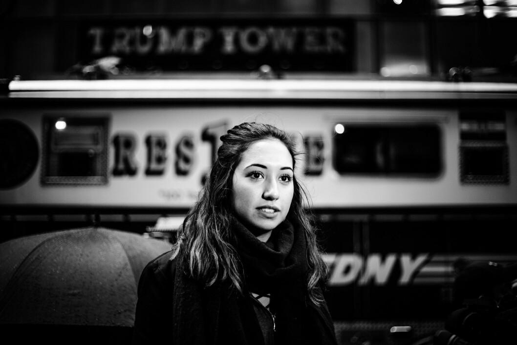 """TRUMP TOWER, 9. NOVEMBER 2016 - KL 13.50: En brannbil kjører forbi Trump Tower mens en reporter gjør seg klar til å rapportere. Donald Trump er blitt president, og sentrum av New York har fått det """"hvite hus"""" midlertidig. ."""
