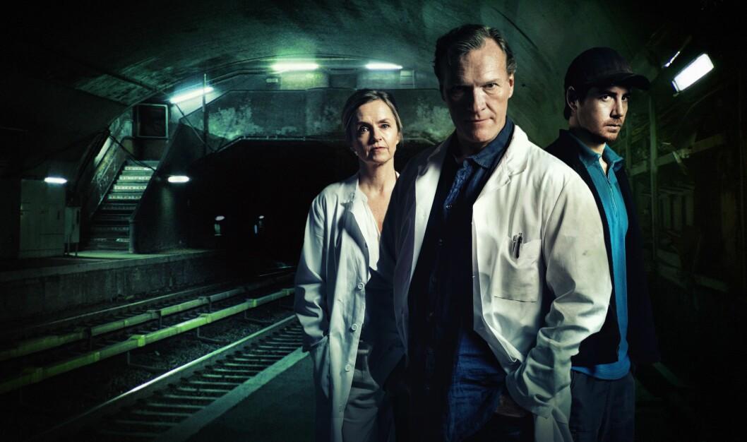 Sven Nordin spiller legen Ravn. Kona Wilma spilles av Pia Halvorsen) mens Pål Sverre Hagen (t.h.) spiller Ravns noe tvilsomme samarbeidspartner.