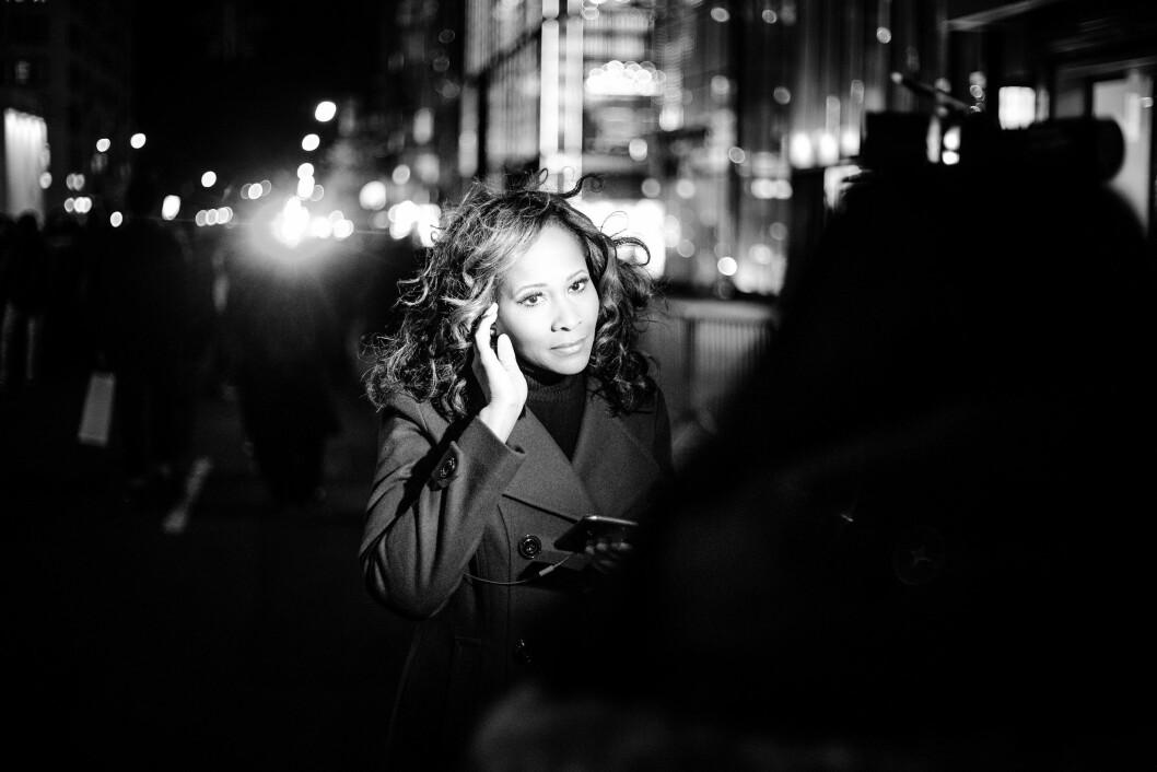 TRUMP TOWER, 11. NOVEMBER 2016 - KL 19.47: En reporter fra NY1 i New York står like ved der hvor demonstrantene demonstrerer utenfor Trump Tower. I bakgrunnen skimtes et lys fra en politibil, men demonstrantene forsvinner hvis man eksponerer etter lyset på ansiktet til reporteren. Like etter pakker de ned og drar hjem. .