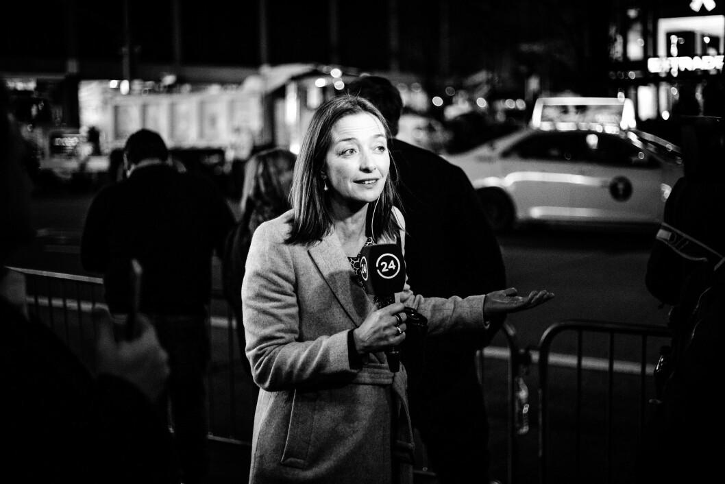 HILTON MIDTOWN, 9. NOVEMBER 2016 - KL 01.05: En reporter fra chilenske 24 Horas rapporterer engasjert hjem om at Donald Trump mest sannsynlig vinner presidentvalget i USA. Rundt henne står lykkelige Trump-supportere.
