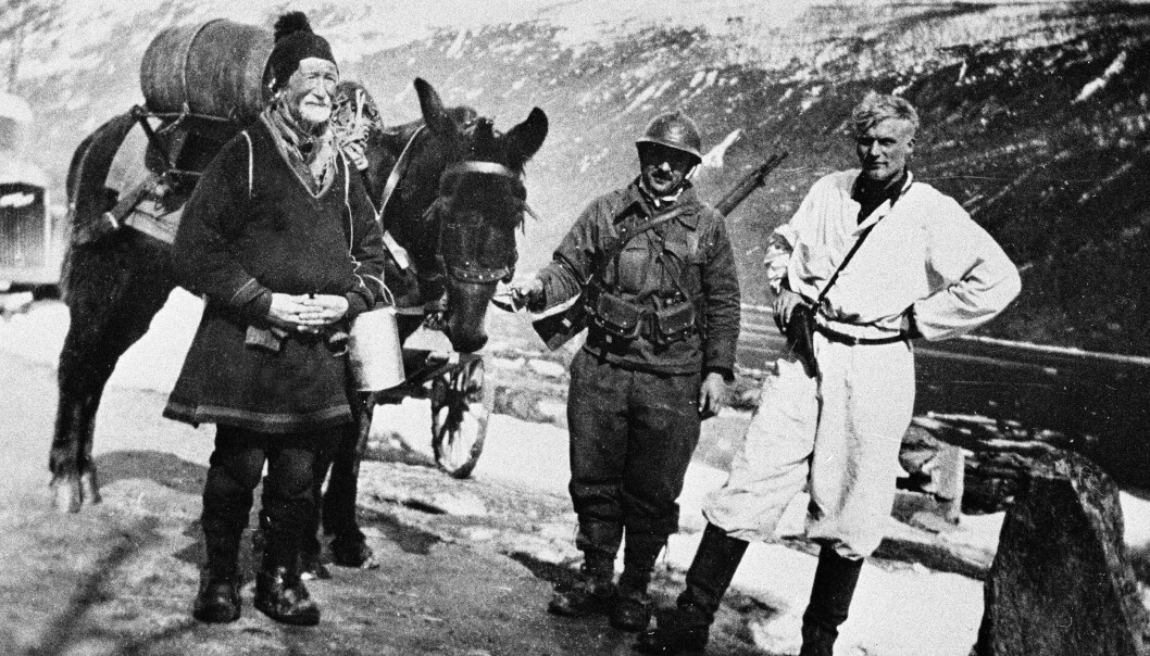 Når slaget om Narvik skal bli TV-serie og kanskje film, vil man lete etter enkeltskjebner. Her er et bilde fra Narvik-fronten i mai 1940, ifølge bildeteksten en 80 år gammel same, en alliert fransk alpejeger med muldyr og en norsk soldat.