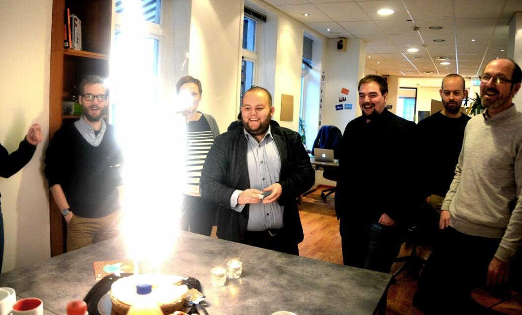 Fredag feiret vi 2-årsdagen med kake sammen med kontorfellesskapets kolleger i Oslo Media House, som vi nå forlater for å flytte til TU Media i Grensen. Med fyrstikker - redaktør Gard L. Michalsen, til høyre for ham - journalist og vaktsjef Erik Waatland.