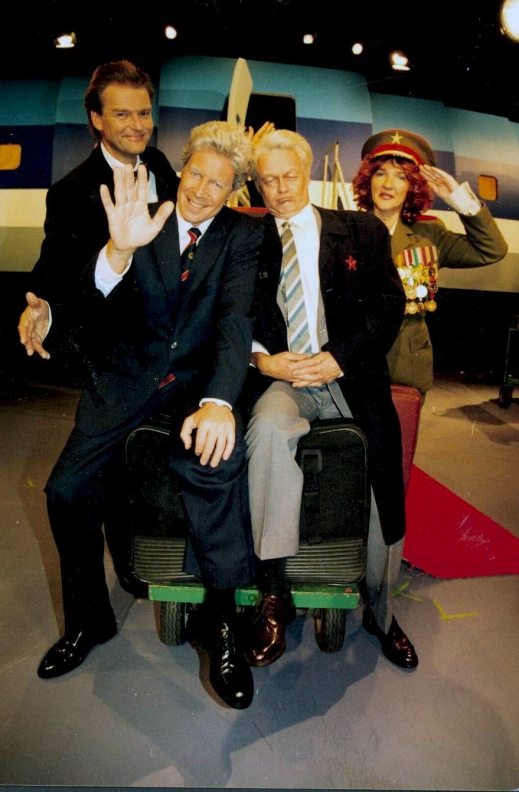 Her fra NRKs 20-årsfeiring av KLM, hvor Knut Lystad gestalter president Clinton, Trond Kirkvaag tar for seg Jeltsin - sammen med Lars Mjøen og Kine Hellebust. Foto: Ole Kaland / NRK.
