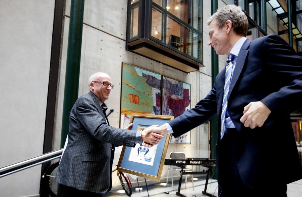 2009: Påtroppende konsernsjef Rolv Erik Ryssdal (t.h.) i Schbsted ASA overrekker avskjedsgave og takker avtroppende konsernsjef Kjell Aamot.
