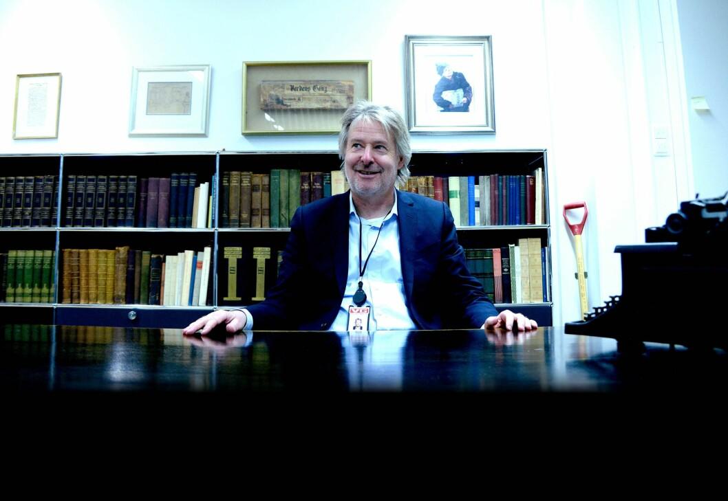 Dette var Bernt Olufsens kontor i 17 år. Skrivebordet stammer fra VG-redaktører lenge før den tid. Torry Pedersen har levd redaktørlivet i landskap og inntok aldri kontoret formelt - men setter seg bak disken i denne historiske anledningen.