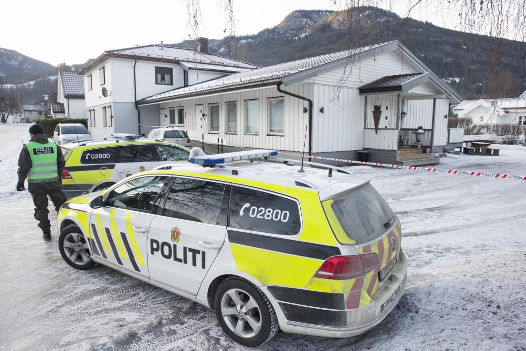 Politi utenfor boligen i sentrum av Nesbyen, der en kvinne ble funnet drept torsdag. En mann er siktet for drapet. Hallingdølen brukte et lignende bilde allerede en og en halv time etter at hendelsen ble meldt politiet.