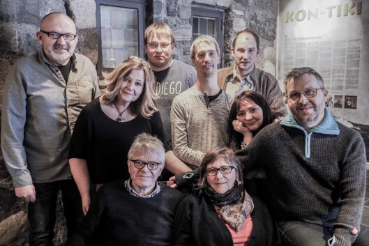 NEA RADIO: Sittende sofaen: Redaktør Andreas Reitan og Kirsten Røset. Sittende på armlenet: Per Magne Moan. Stående bak: Marit Manfredsdotter og Anne Gundersen til høyre. Lengst bak fra høyre: Ola dragmyrhaug, Thomas Kråkvik, Stian Elverum og Nils Kåre Nesvold.