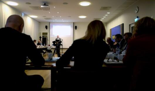 Sven Egil Omdal (i bakgrunnen) talte for Kringkastingsrådet for noen uker siden. Nærmest kamera, fra venstre og med ryggen til: NRK-sjef Thor Gjermund Eriksen, nyhetsdirektør Alexandra Beverfjord og distriktsdirektør Grethe Gynnild-Johnsen.