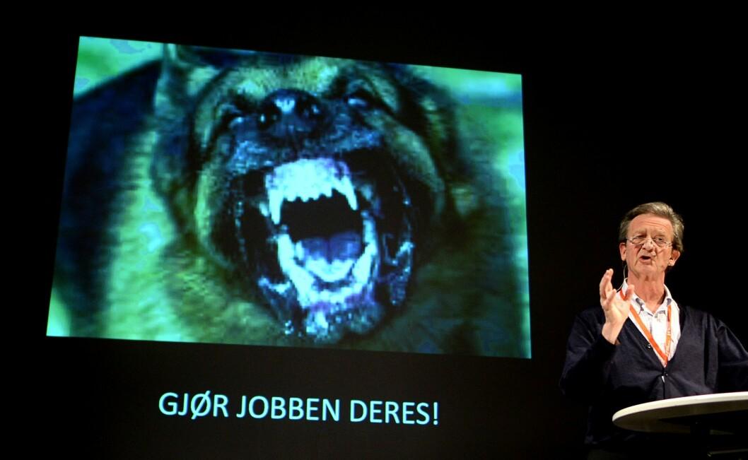 Hans Geelmuyden kritiserte, sparket og raljerte over norske medier på Hellkonferansen fredag. Han savnet en ordentlig vaktbikkje.