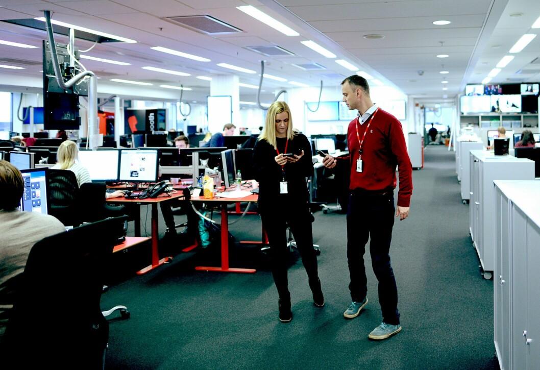 Desksjef Ellen Limstrand og Audun Solberg på nyhetsgulvet - hvor det nå lages en helt ny papiravis.