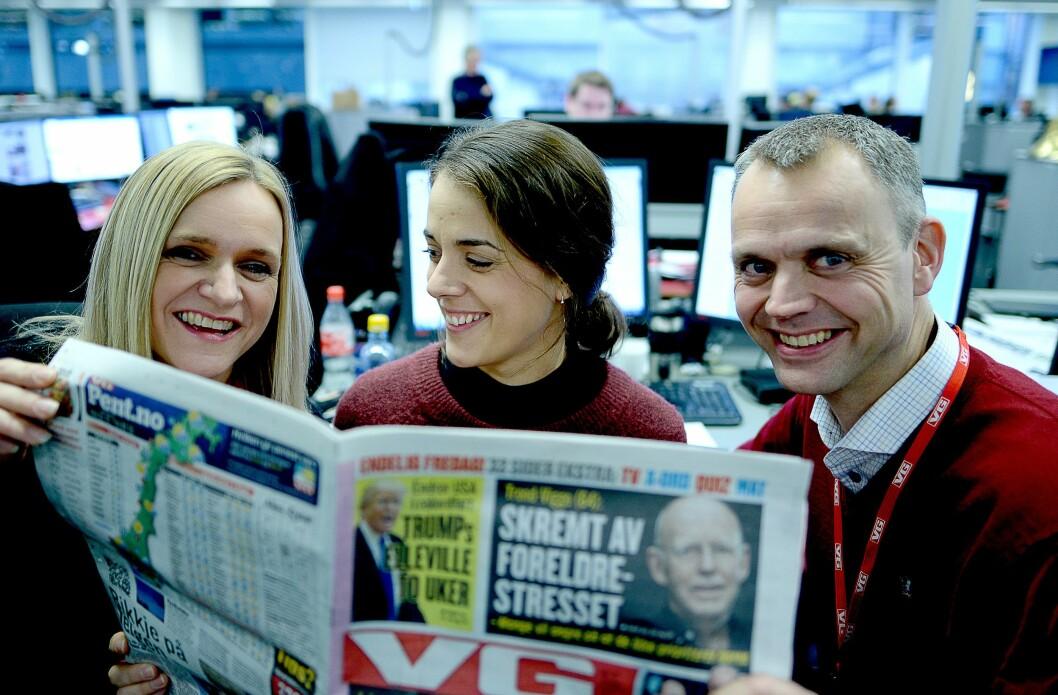 Klar for ny papiravis, fra venstre: Desksjef Ellen Limstrand, vaktsjefvikar Ingrid Hovda Storaas og direktør for avissalg, Audun Solberg.