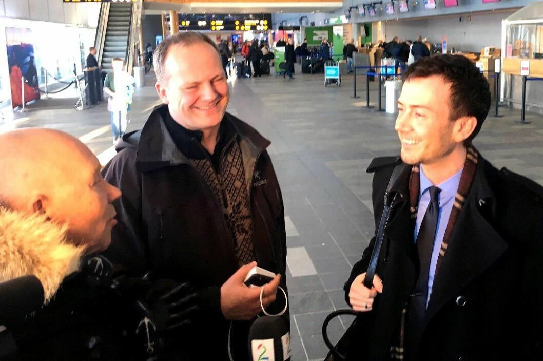 Her møter TV 2-reporter Egil Pettersen samferdselsminister Ketil Solvik-Olsen og stortingspolitiker Kent Gudmundsen på Tromsø flyplass tirsdag formiddag.