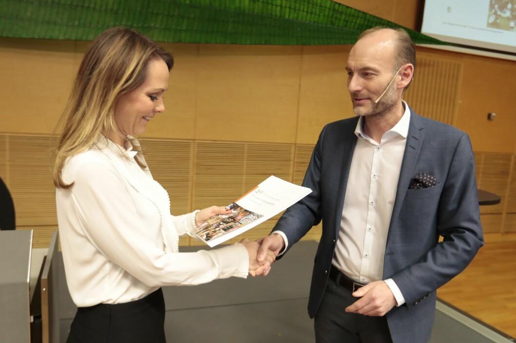 Knut Olav Åmås leverte utvalgets rapport til kulturminister Linda Helleland tirsdag.
