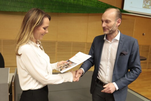 Mediemangfoldsutvalgets leder, Knut Olav Åmås, leverer sin rapport til kulturminister Linda Hofstad Helleland (H).