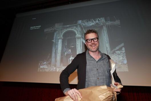 Fotograf Aleksander Nordahl fra Dagens Næringsliv mottok prisen for Årets Bilde 2016 for bildet Ruinliv under utdelingen i regi av Pressefotografenes Klubb på Litteraturhuset i Oslo