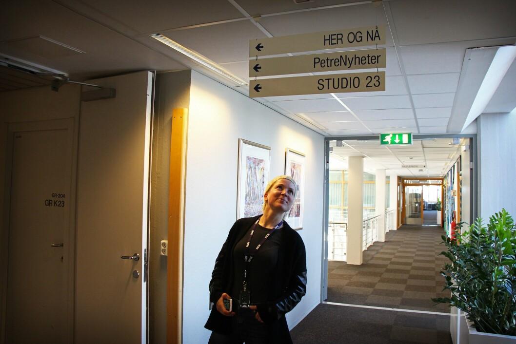 Redaksjonssjef Ingjerd Østrem Omland poserer foran to av sine viktige arbeidsoppgaver fremover.