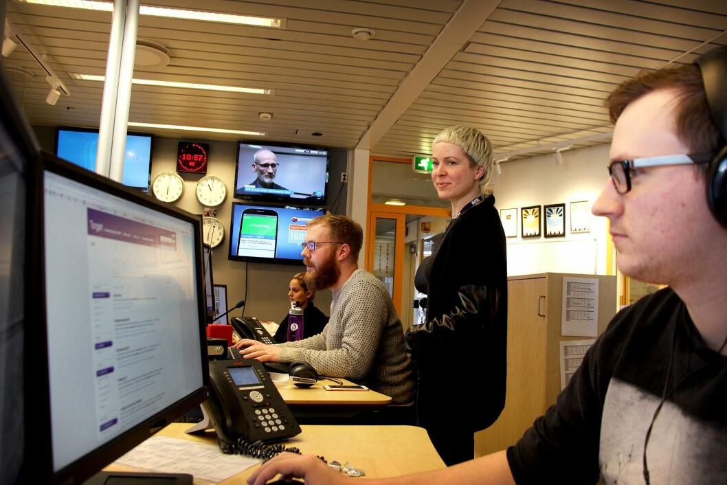 Omland følger med på hva sine ansatte gjør i NRK P3Nyheter. Her sammen med gruppeleder Even Nielsen, Hina Jalil og Ole Marius Trøen.