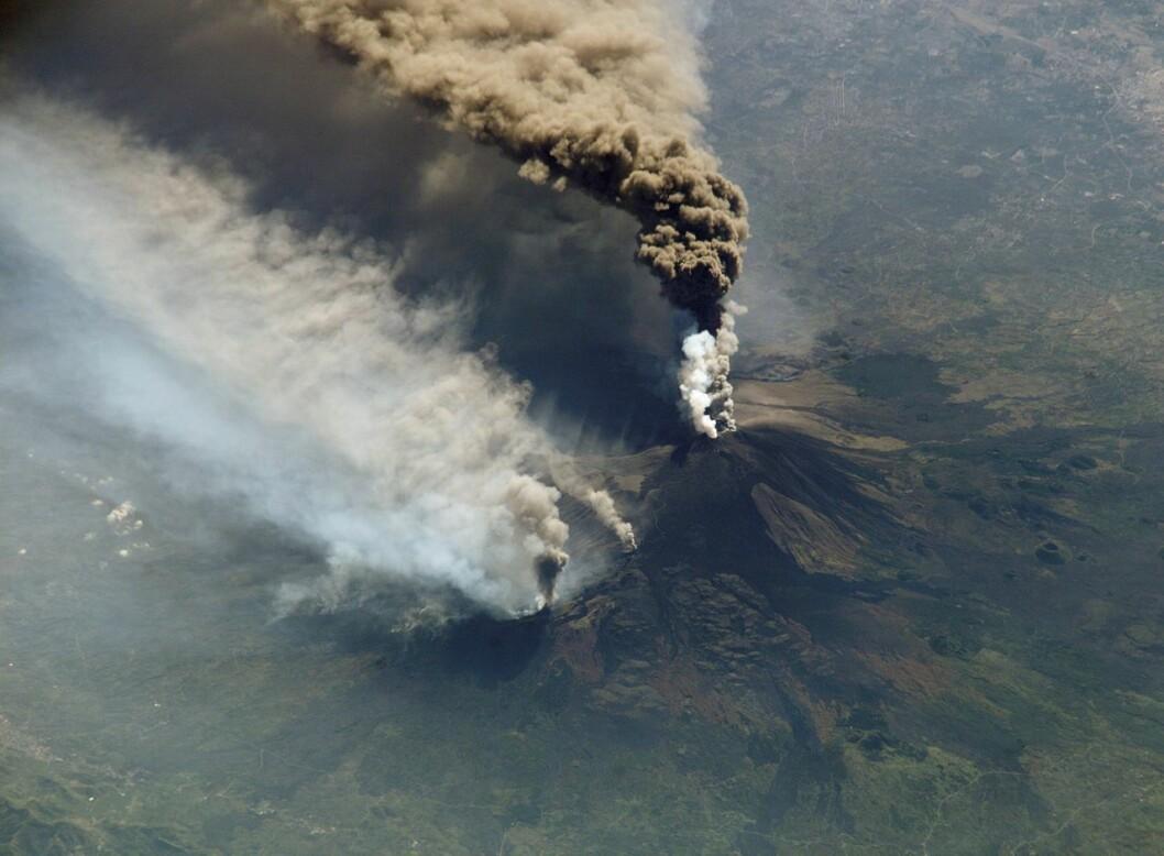 Ti personer, blant dem et team fra BBC, ble skadd av flygende steiner og lava på vulkanen Etna på Sicilia. Her fra Etna-utbrudd i 2003.