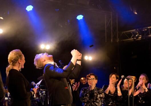 Dan Roger Lid jubler over seieren sin i Duettstafetten på Terminalen i Ålesund. Øvrige deltakere: Kathrine Bjørstad Langlo, Mari Tafjord Rødal, Mariann Sørøy, Trine Nordang Helgesen, Heidi Håker, Lise Mari Sætre og Kathrin Tharaldsen.