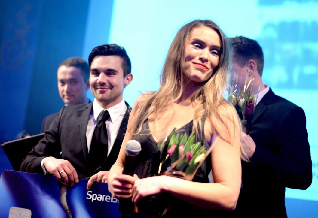 """TV2-journalistene Chris Ronald Hermansen og Sophie Bergersen for """"Kataloghaiene"""". Her fra da de vant pris under Hellkonferansen."""