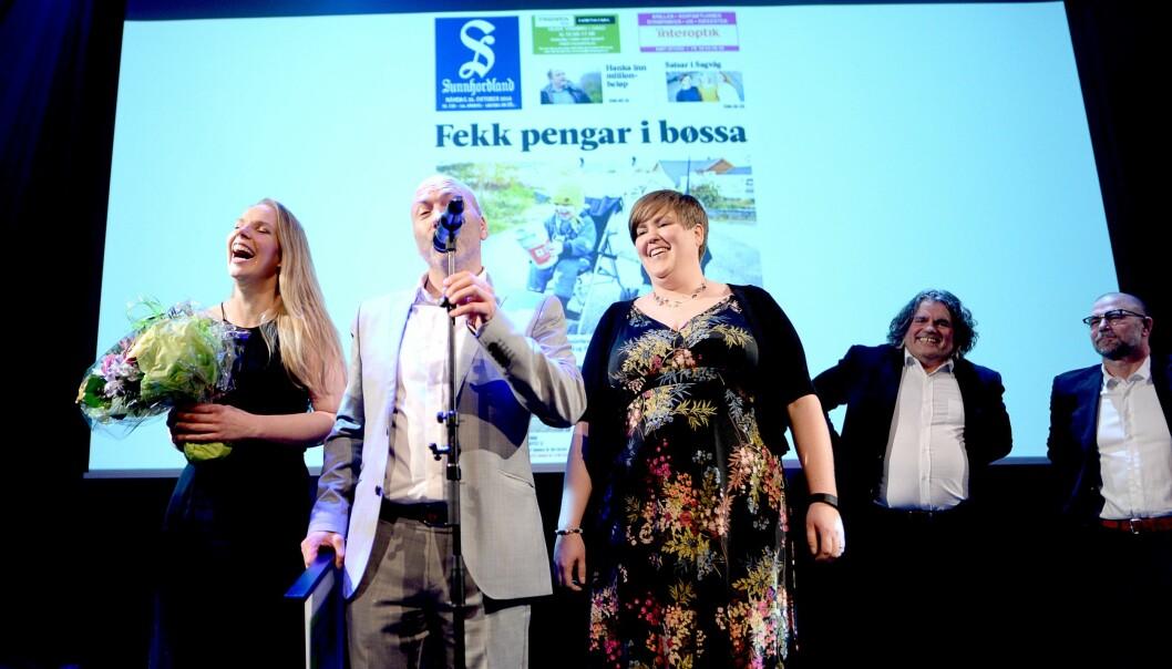 Sunnhordland mottar prisen Årets lokalavis 2016. Fra venstre: Kari Nøstbakken, daglig leder Reidar Hystad og Torhild Hovstad. I bakgrunnen to av jurymedlemmene, Jan-Inge Fardal og Rino Andersen. Kjersti Løken Stavrum var også med i juryen.