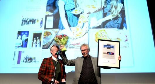 Tidligere redaktør, nå vaktsjef Bjarne Tormodsgard, hentet fotoprisen til Hallingdølens fotograf.