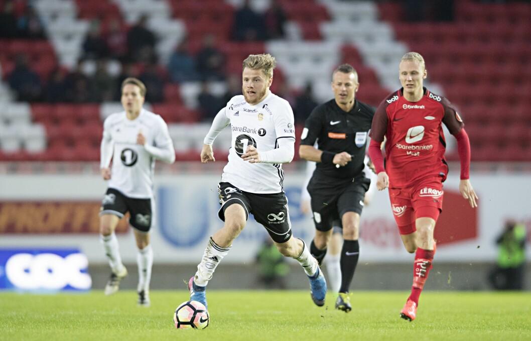 Rosenborgs Fredrik Midtsjø i kamp med Brann Kristoffer Barmen og dommer Svein Oddar Moen (bak)  i Mesterfinalen i fotball mellom Brann og Rosenborg på Brann Stadion. (0-2).