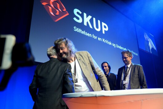 Her mottar Stavanger Aftenblad SKUP-diplom for saken Glassjenta, laget av Thomas Ergo, Rune Vandvik og Hans Petter Aass.