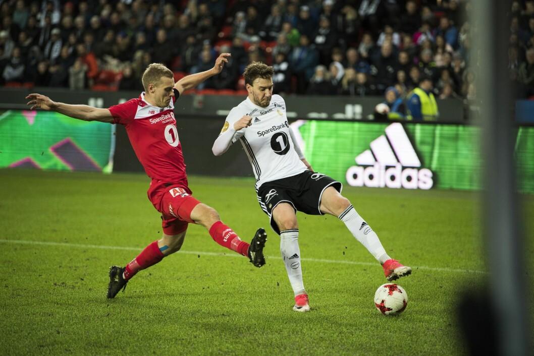 Rosenborg - Odd (3-0). Odds Steffen Hagen (tv) og Rosenborgs Nicklas Bendtner i eliteseriekampen i fotball mellom Rosenborg og Odd på Lerkendal Stadion.
