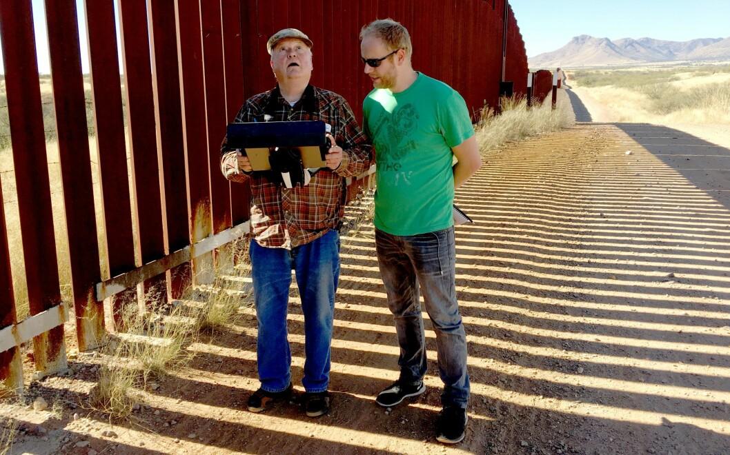 Jostein Matre var i USA også etter valget i november 2016 - her viser Glenn Spencer hvordan han overvåker grensa ved hjelp av blant annet drone.