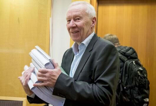 Tidligere TV 2-sjef Alf Hildrum i Oslo tingrett mandag med en omfattende dokumentmengde.