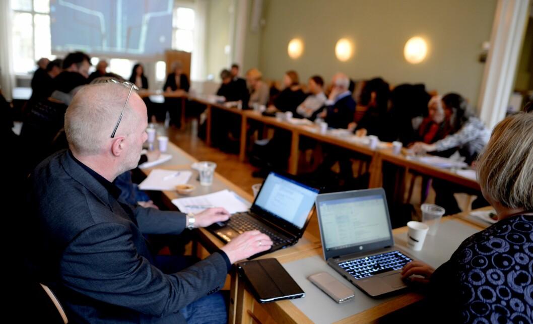 Generalsekretær Arne Jensen (t.v.) i Norsk Redaktørforening på dialogmøte om åpenhet i barnevernet.