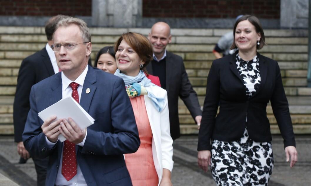Oslos byråd, fra den gangen de kalte seg «byregjering». Byrådsleder Raymond Johansen fremst, bak er Tone Tellevik Dahl (Ap), Lan Marie Nguyen Berg (MDG, delvis skjult), Hanna E. Marcussen (MDG) og Geir Lippestad (Ap).