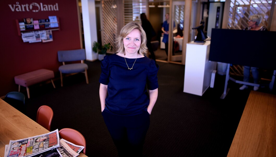 Her lå sjefredaktørens kontor - nå er det blitt en åpen møteplass hvor Åshild Mathisen snakker med ansatte.