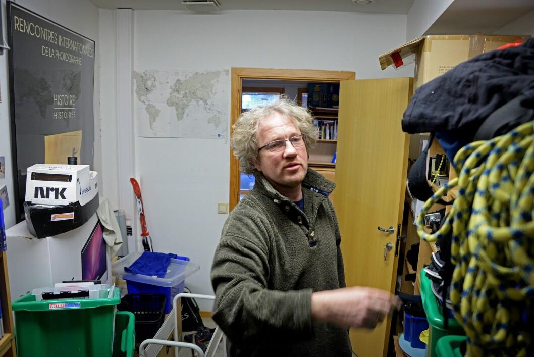 Thomas Hellums eget rekvisittlager består av alt fra en lekebåt til tau, kart og andre ting han har bruk for på sine reiser.