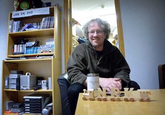 Thomas Hellum (50) fra NRK i Bergen - her sammen med en pyntegjenstand han fikk av en kollega i anledning NRKs Sommertoget i 2017.