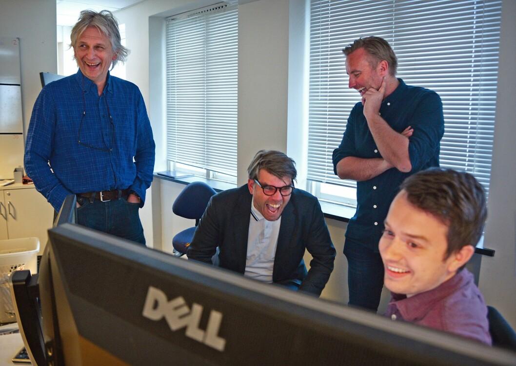 FULL JUBEL: Redaksjonssjef Kjell Eirik Mikkelsen, sjefredaktør Sigvald Sveinbjørnsson og nyhetsredaktør Rune Eriksen jubler fra redaksjonslokalet.