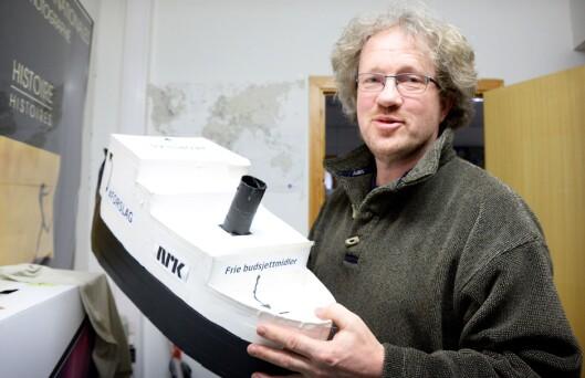 Prosjektleder Thomas Hellum i NRK på sitt rekvisittlager - i umiddelbar nærhet til kontoret sitt i på Mindre i Bergen.