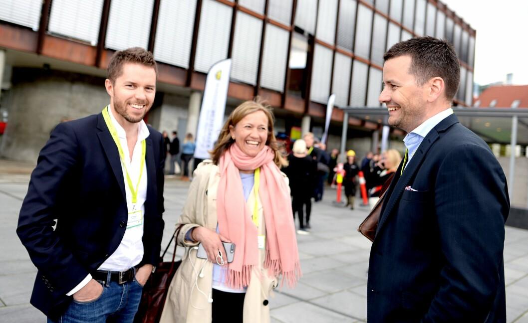 KAN SMILE: Kommersiell direktør Tor Jacobsen, COO Siv Juvik Tveitnes i Schibsted Norge og sjefredaktør Øyulf Hjertenes i Bergens Tidende. Her utenfor Grieghallen i Bergen under Nordiske Mediedager våren 2017,